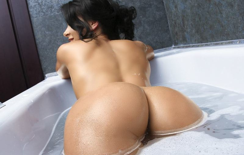 LaurradelRey taking a hot bath