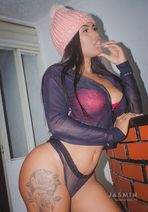 Hot Ebony NahomyWellss With Big Tits and Big Ass